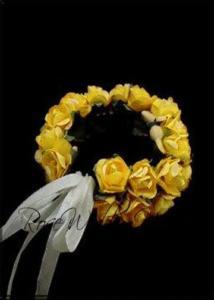 Гриан за шаферки с малки жълти мини рози