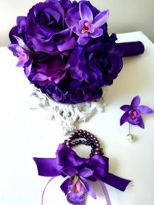 Луксозен булчински букет в тъмно лилаво с рози и орхидеи Purple Passion