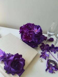 Сватбена книга, букет, чаши, бутониери и гривни-корсаж от серията Purple Passion