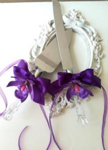 Сватбени прибори за торта с тъмно лилави орхидеи