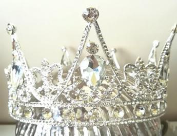 Корони, диадеми и украси за коса – Всяка жена е кралица