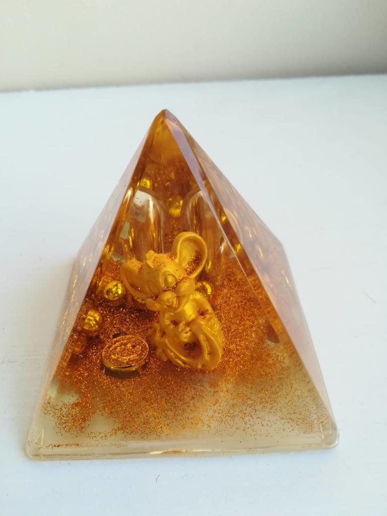 Фън шуй сувенир за късмет през новата 2020 поставка за химикали пирамида