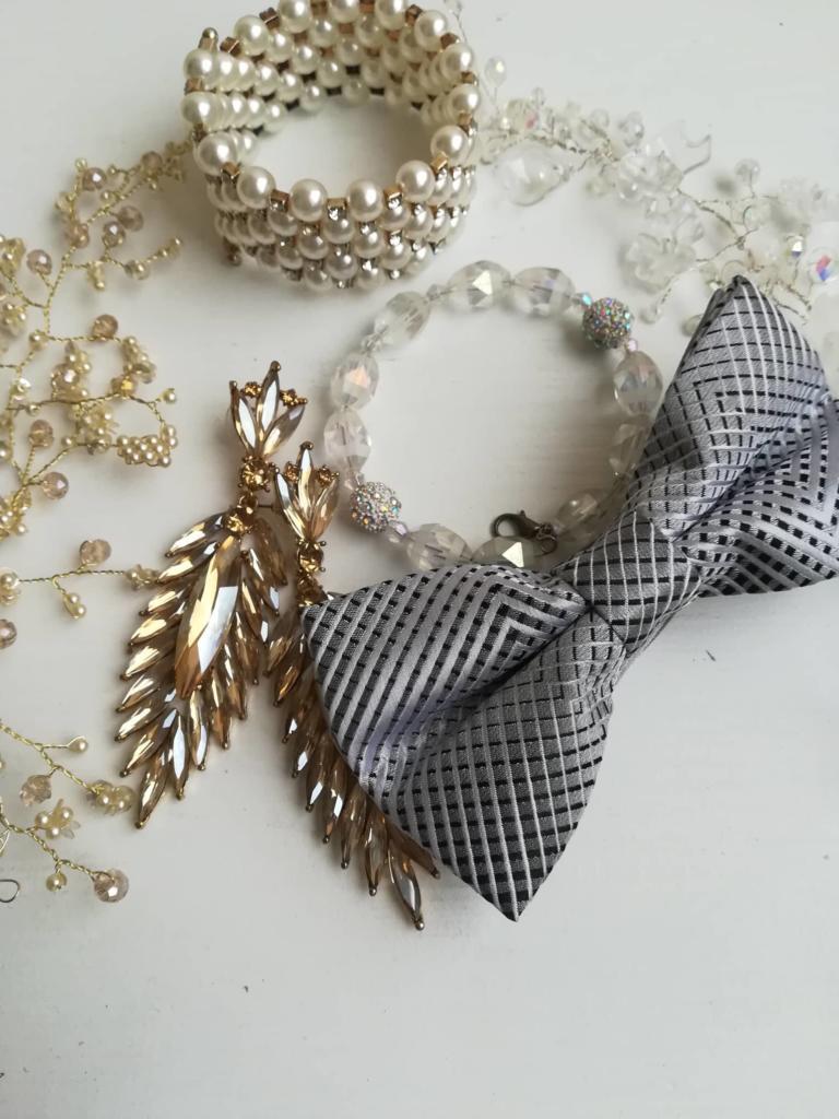 Бижута и аксесоари в бяло, златно и сребърно
