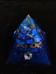 Оргонит пирамида за защита и спокойствие с лазурит размер L